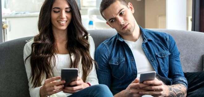 Puedes ocultar que vean el contenido de tu mensaje y también la persona que te lo envía ocultando las notificaciones.