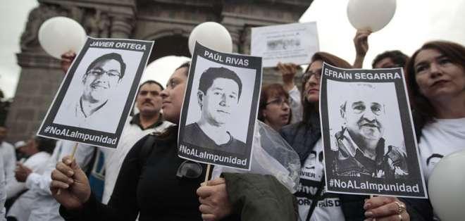 Familiares de Javier Ortega, Paúl Rivas y Efraín Segarra esperan por sus restos en Quito. Foto: Archivo/API.