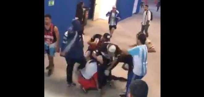 Cuatro aficionados argentinos golpearon a dos croatas en el estadio Nizhni Novgorod. Foto: Captura de pantalla