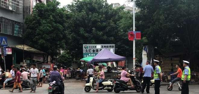 Policías vigilan a los vendedores de perros durante el Festival de Carne de Perro de Yulin. Foto: AFP