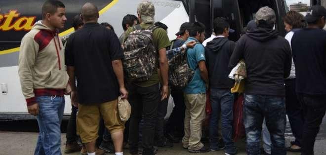 Centroamericanos separados de sus hijos en EEUU regresan deportados a sus países. Foto: AFP