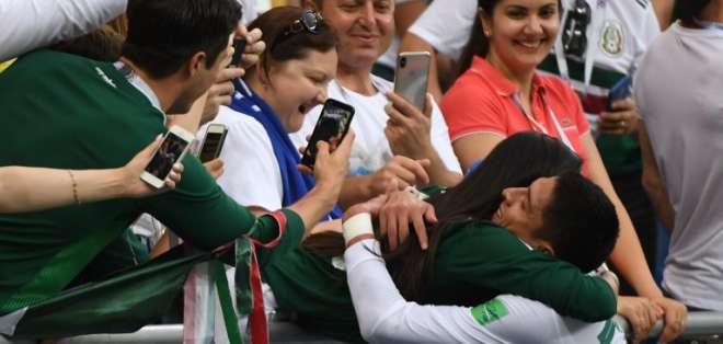 ROSTOV DEL DON, Rusia.- El jugador mexicano Edson Álvarez abraza a una compatriota de su país. Foto: AFP