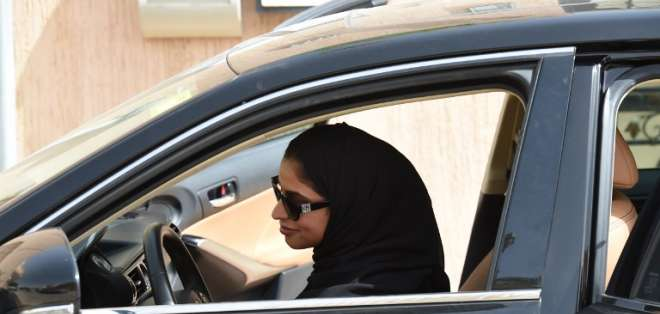 Mujeres de Arabia Saudita conducen por primera vez luego de décadas de prohibición. Foto: AFP