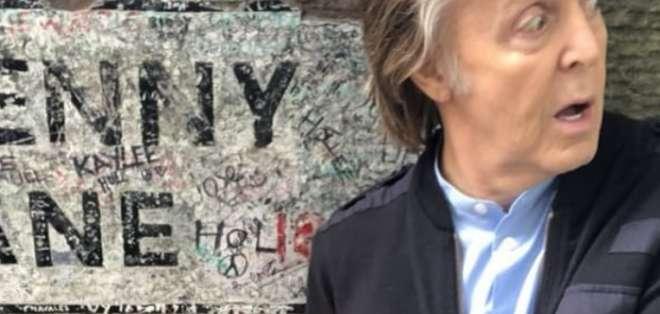 Paul McCartney autografió el letrero de la calle Penny Lane, inmortalizada por The Beatles. Foto: Captura.
