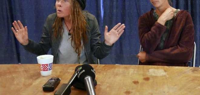 Nicola Rothon y Hellen Bicknell durante una rueda de prensa efectuada en Quito. Foto: AFP.