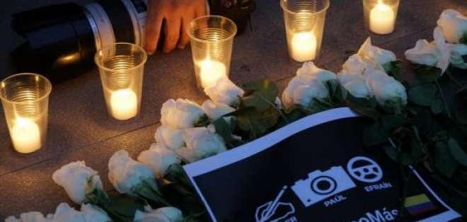 Periodistas de Cali rindieron homenaje afuera de funeraria donde permanecen los restos. Foto: elpais.com.co