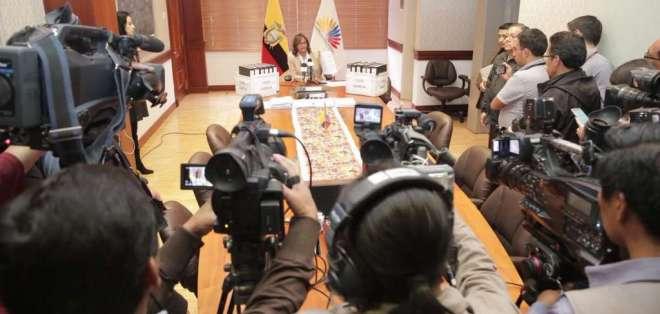 QUITO, Ecuador.- La presidenta del Legislativo entregará 6.000 fojas de documentación a la familia. Foto: Twitter