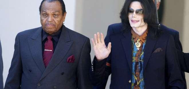 El astro del pop Michael Jackson sale del Juzgado del Condado de Santa Bárbara con su padre, Joe en 20005. Foto: AP