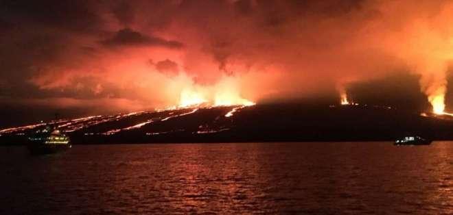 El volcán Sierra Negra inició una erupción a las 13H40, el 26 de junio. Foto: Cortesía
