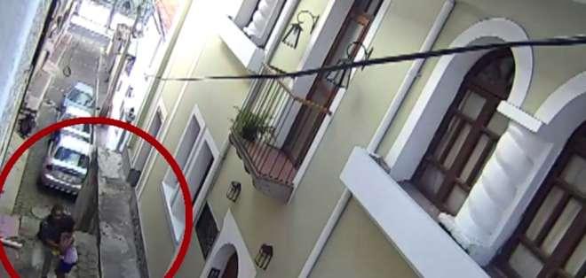 Cámaras captaron el momento en el que una menor se salvó de un secuestro. Foto: Captura.