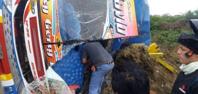 ECUADOR.- Según información preliminar, un bus de transporte público se volcó en la vía Montecristi. Foto: Twitter