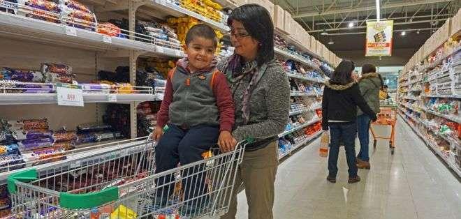 Luz Curin dice que no tiene otra opción a comprarle galletas a su hijo.