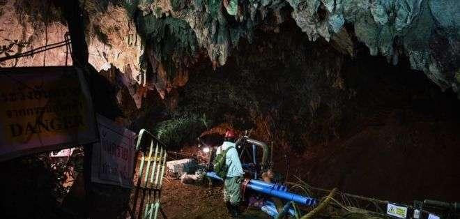 Gran parte de los esfuerzos de rescate se centran en drenar el agua de la cueva.