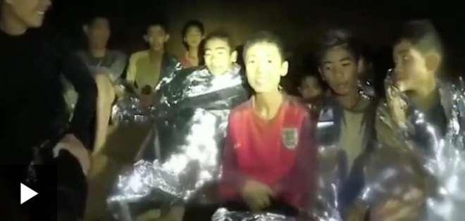 Los niños tailandeses atrapados se ven saludables en un nuevo video.