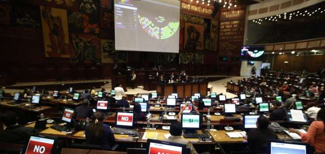 Siete asambleístas de distintas bancadas integran la nueva mesa legislativa. Foto: API