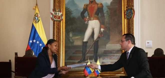 Representante de Ecuador recibe nota de protesta. Foto: Vicepresidencia de Venezuela.