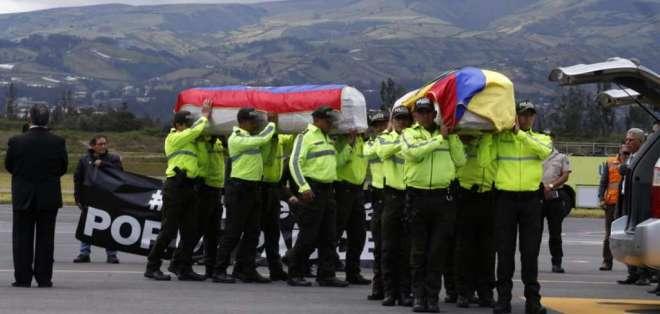 Familiares de los trabajadores de El Comercio llegaron a la pista en Tababela. Foto: API