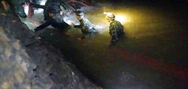Operativo para liberar a resto de atrapados se interrumpió para reponer bombonas de aire. Foto: AP