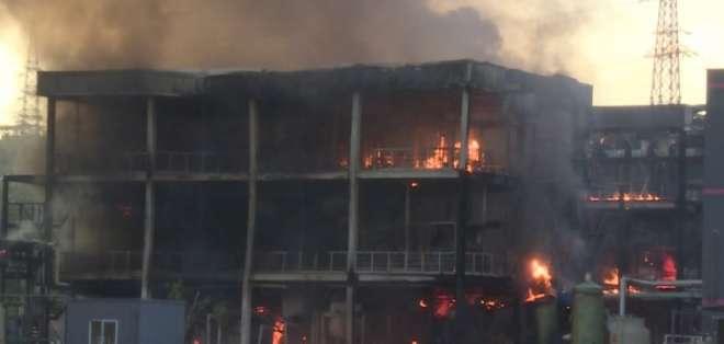 Los bomberos trabajaron durante toda la noche para extinguir el fuego. Foto: Captura de video