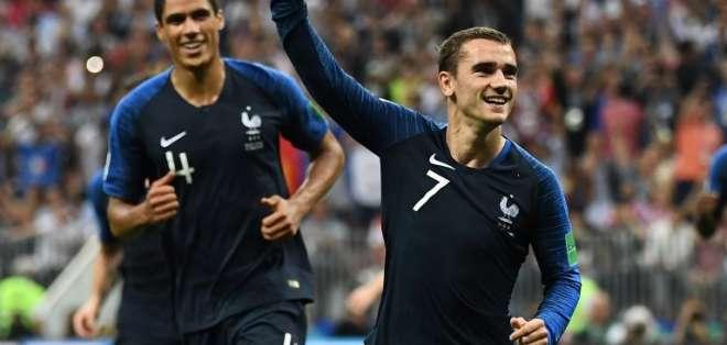 MOSCÚ, Rusia.- Antoine Griezmann celebra el segunda gol por penal de Francia. Foto: AFP