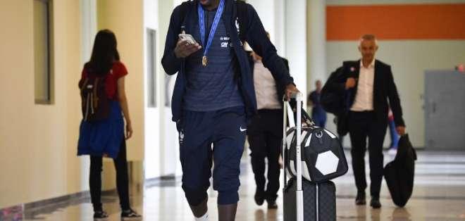 MOSCÚ, Rusia.- El delantero Ousmane Dembele a punto de embarcar el avión hacia Francia. Foto: AFP