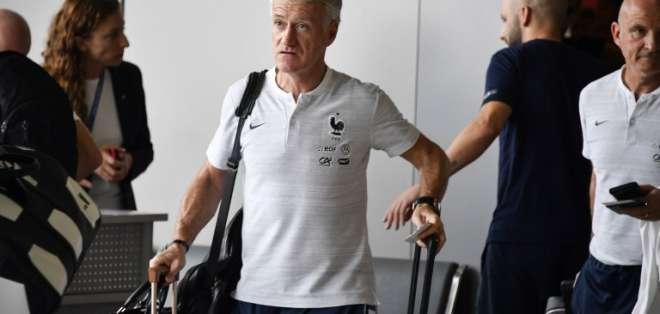 MOSCÚ, Rusia.- El entrenador Didier Deschamps en el aeropuerto de la capital rusa rumbo a París. Foto: AFP