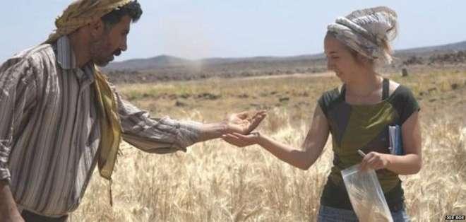 Amaia Arranz-Otaegui (der) fue quien halló los restos carbonizados de pan.