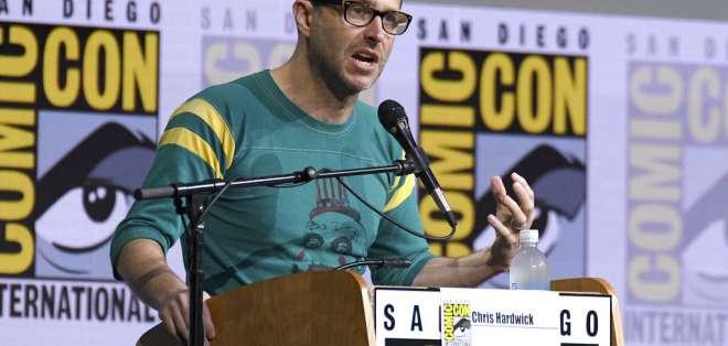 "Chris Hardwick modera el panel de ""Fear The Walking Dead"" en la Comic-Con International del 2017. Foto: AP"