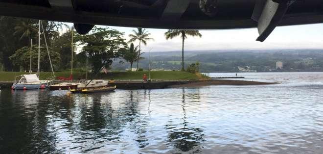 A un bote para turistas le cayó rocas incandescentes del volcán Kilauea. Foto: AP