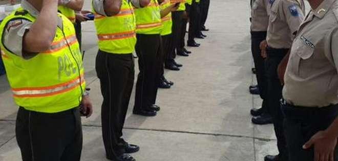 El grupo conformado por 13 civiles y un policía que trabajaba en área administrativa.