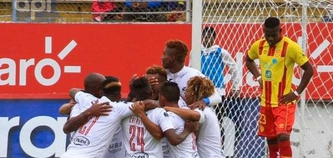 QUITO, Ecuador.- Los jugadores de Deportivo Cuenca celebran su triunfo. Foto: API - Juan Montenegro