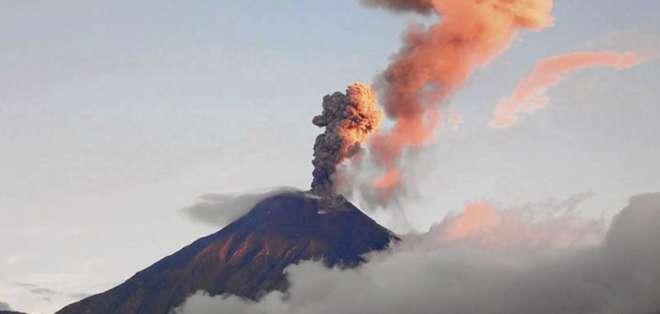 Volcán Reventador emite ceniza y bloques incandescentes. Foto: Archivo - Referencial