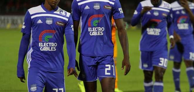 El futbolista colombiano (i.) tuvo poca participación en el equipo azul. Foto: API