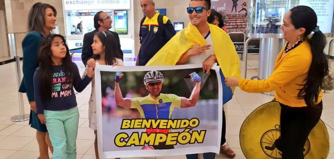 QUITO, Ecuador.- Erick Sarango fue recibido por familiares y amigos a su llegada al país. Foto: @DeporteEc
