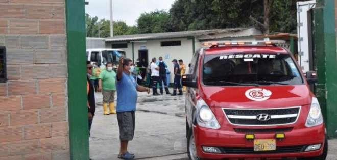 Las personas inhalaron material tóxico emanado de una empacadora de camarón. Foto: Twitter ECU 911.