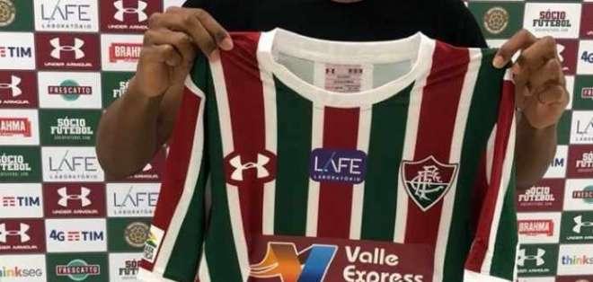 Bryan Cabezas posando con la camiseta del Fluminense. Foto: Netflu