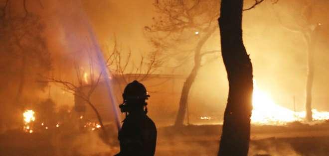 Equipos de rescate intensifican los trabajos de búsqueda de víctimas. Foto: AP