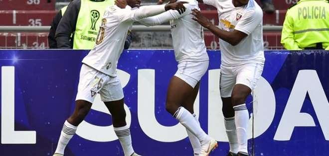 Los 'albos' vencieron 3-1 al equipo brasileño en el estadio Rodrigo Paz Delgado. Foto: RODRIGO BUENDIA / AFP