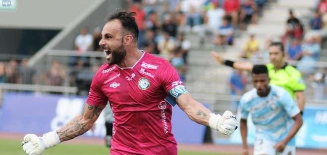 GUAYAQUIL, Ecuador.- El portero de Guayaquil City, Damián Frascarelli anotó el primel gol de partido. Foto: API