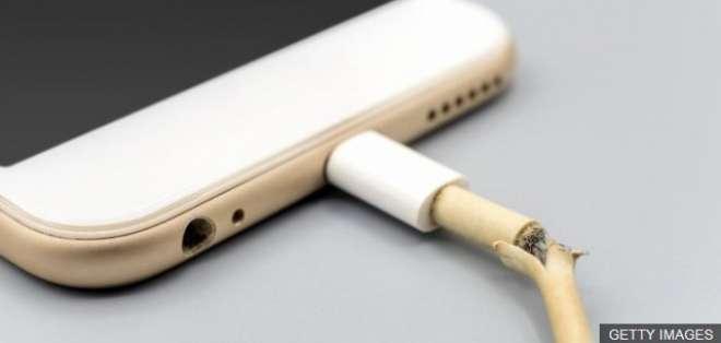 Un cable roto puede ser una amenaza para tu teléfono (y para ti).