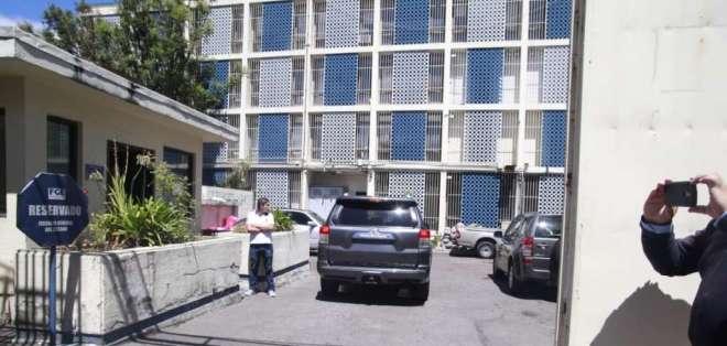 QUITO, Ecuador.- Por la puerta trasera, ingresó y salió el ministro de Defensa, Oswaldo Jarrín. Foto: API