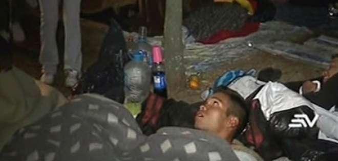 Decenas de migrantes venezolanos duermen en un campamento improvisado.