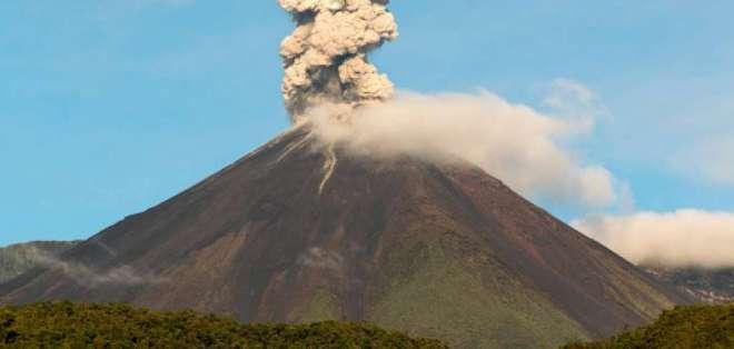 Volcán Reventador mantiene una actividad eruptiva alta.