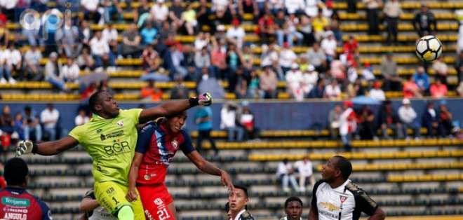 QUITO, Ecuador.- El portero de El Nacional logra sacar un balón de su área. Foto: API