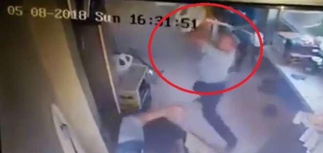 Golpiza a un par de uniformados causa indignación en redes sociales. Foto: Captura Video.