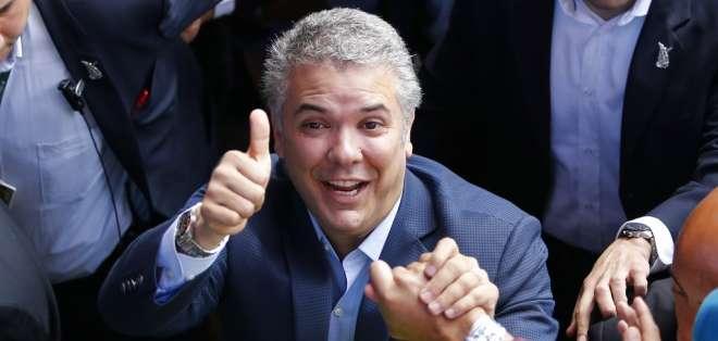 COLOMBIA.- Sus detractores temen que no marchen más que un dedo en las manos de Uribe. Foto: AP