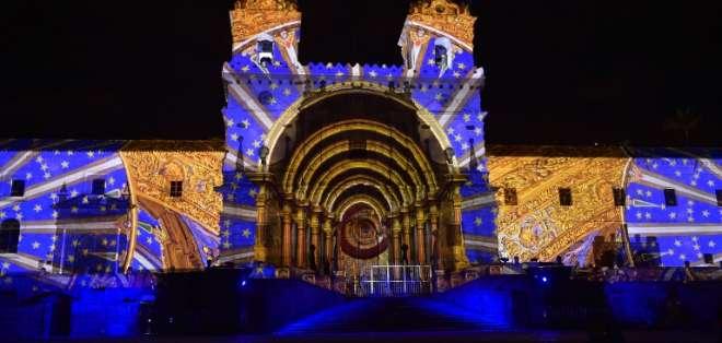 Bajo la técnica de 'mapping' se iluminan las fachadas de edificios patrimoniales. - Foto: AFP
