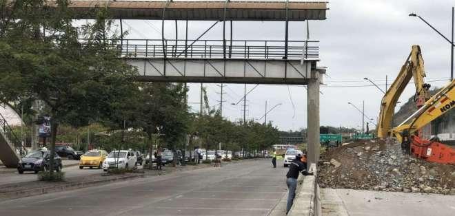 GUAYAQUIL, Ecuador.- Trabajos de remoción de escombros del paso peatonal concluyeron. Foto: Twitter ATM.