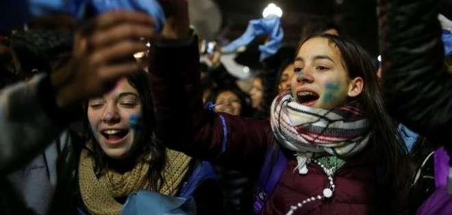 El Senado de Argentina rechazó en la madrugada del jueves el proyecto para despenalizar el aborto.