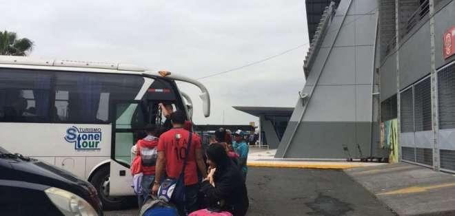 GUAYAQUIL, Ecuador.- Ciudadanos venezolanos se trasladan desde el terminal terrestre hasta un refugio temporal. Foto: Cortesía.